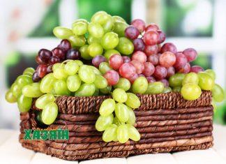 Разные сорта винограда в плетеной корзине