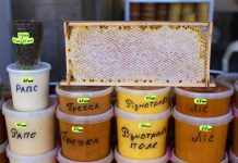 Мед в баночках на ринку