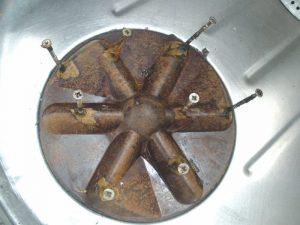 В ребра так называемого активатора вкрутил восемь стальных шурупов