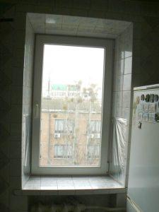Окно на кухне размером 78 см шириной и 147 см в высоту
