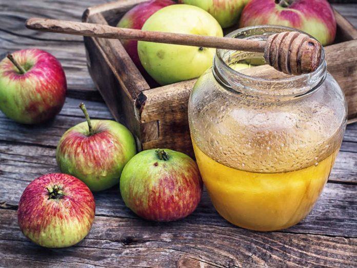 Яблоки и мёд - символ августа