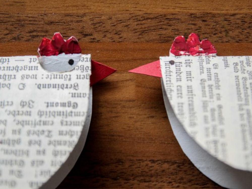 Украшаем пасхальный стол: курочки из газет